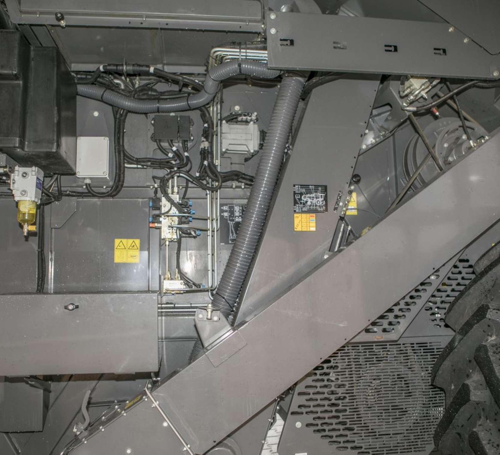 Kombajn Fendt 6335 - napędy lańcuchowe i paski klinowe z prawej strony maszyny