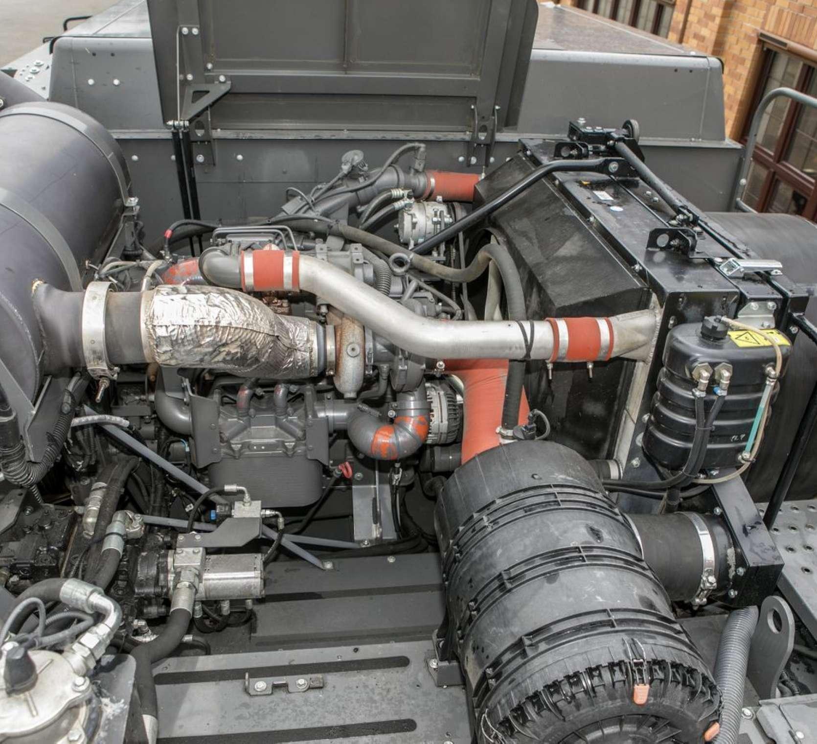 Widok na otwartą maskę kombajnu Fendt 6335 -filtry powietrza silnik cłodnica wody