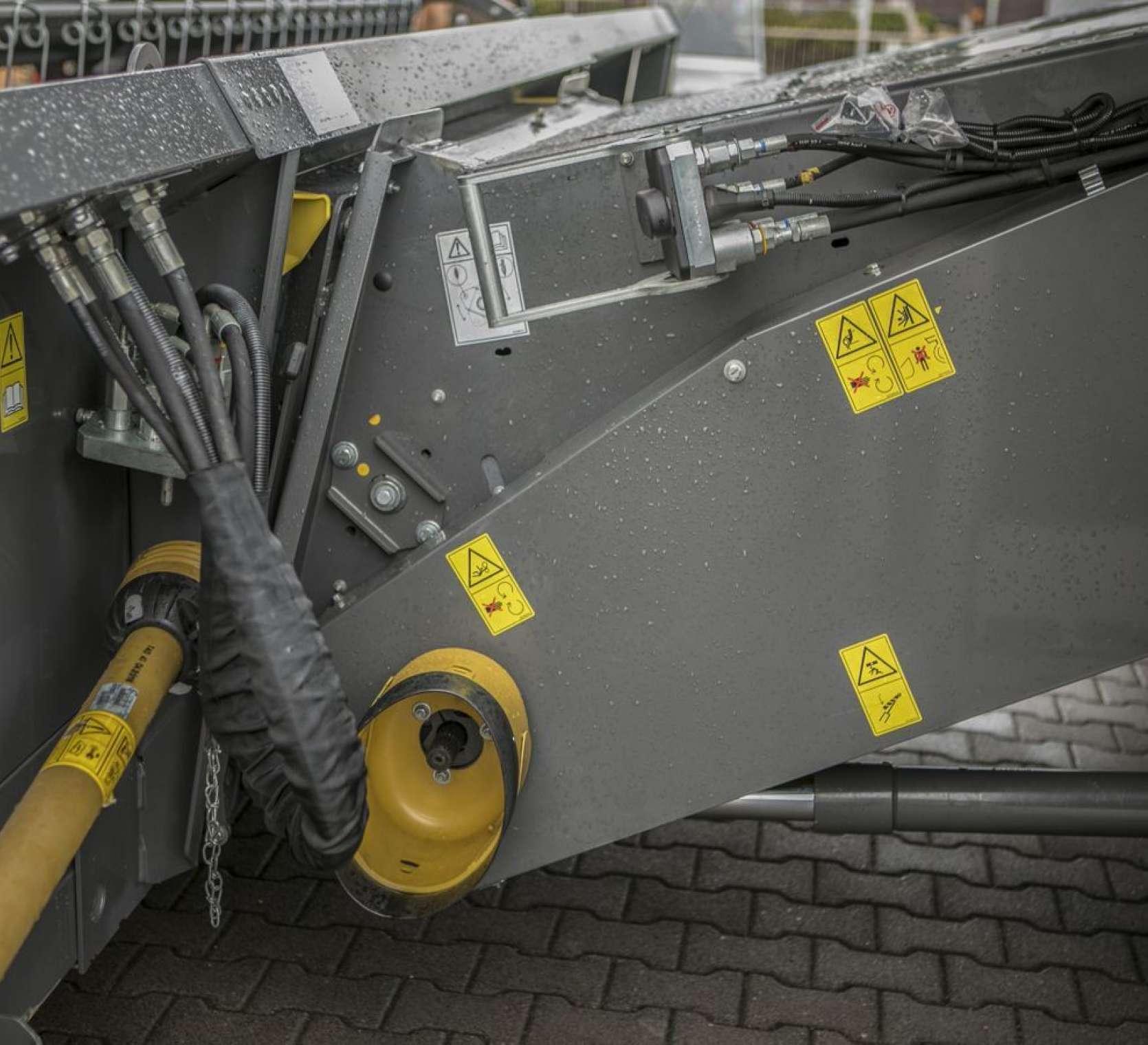 Kombajn Fendt 6335 wyposażony w multizłącze hydrauliczne do hedera