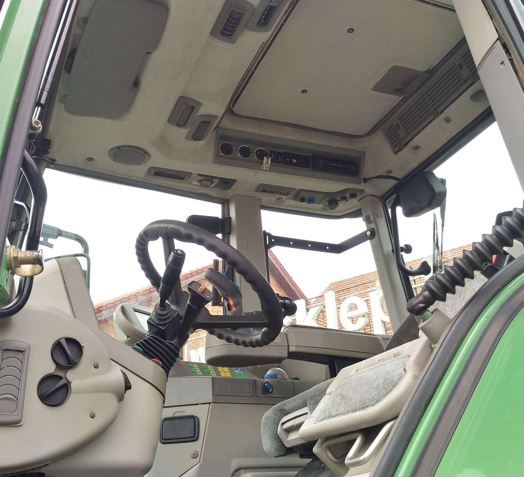 Wnętrze kabiny ciagnika Fendt 818 widok z lewej strony
