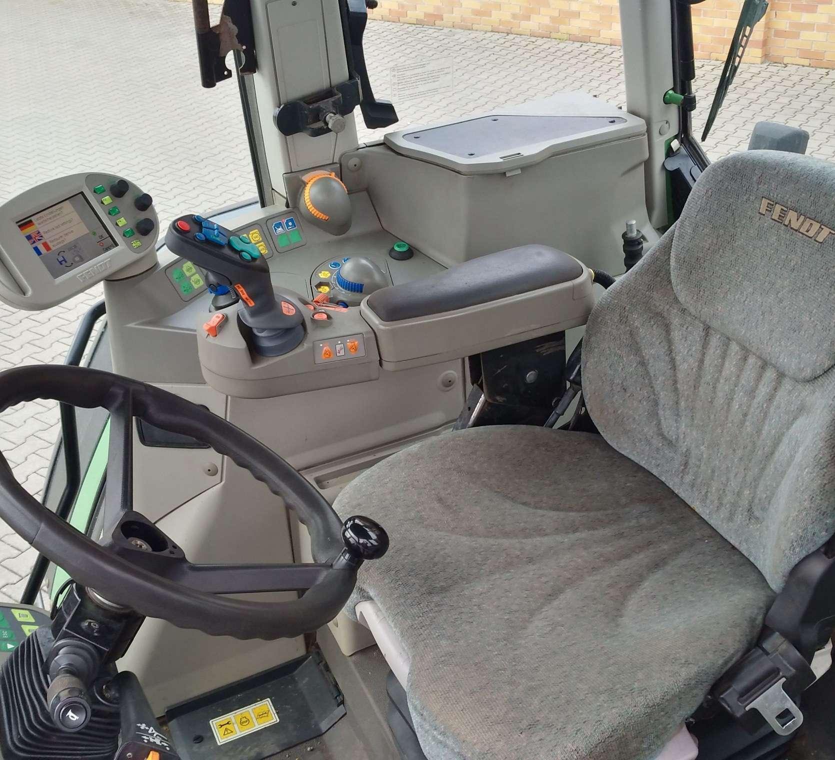 Wnętrze kabiny ciągnika Fendt 818 widok na fotel i kierownicę