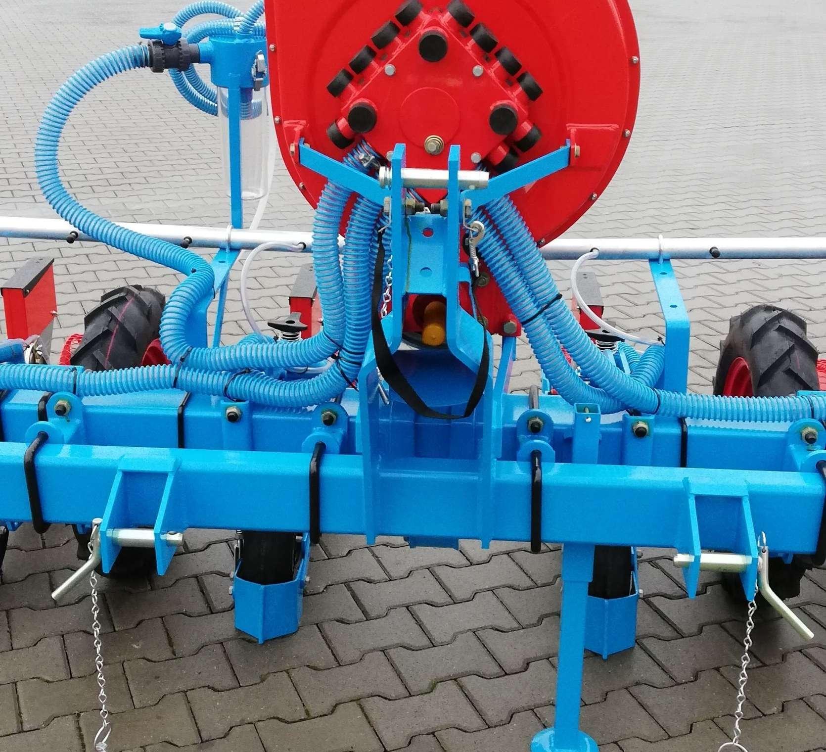 Turbina i pneumatyczny układ do czyszczenia otworów tarczy wysiewających