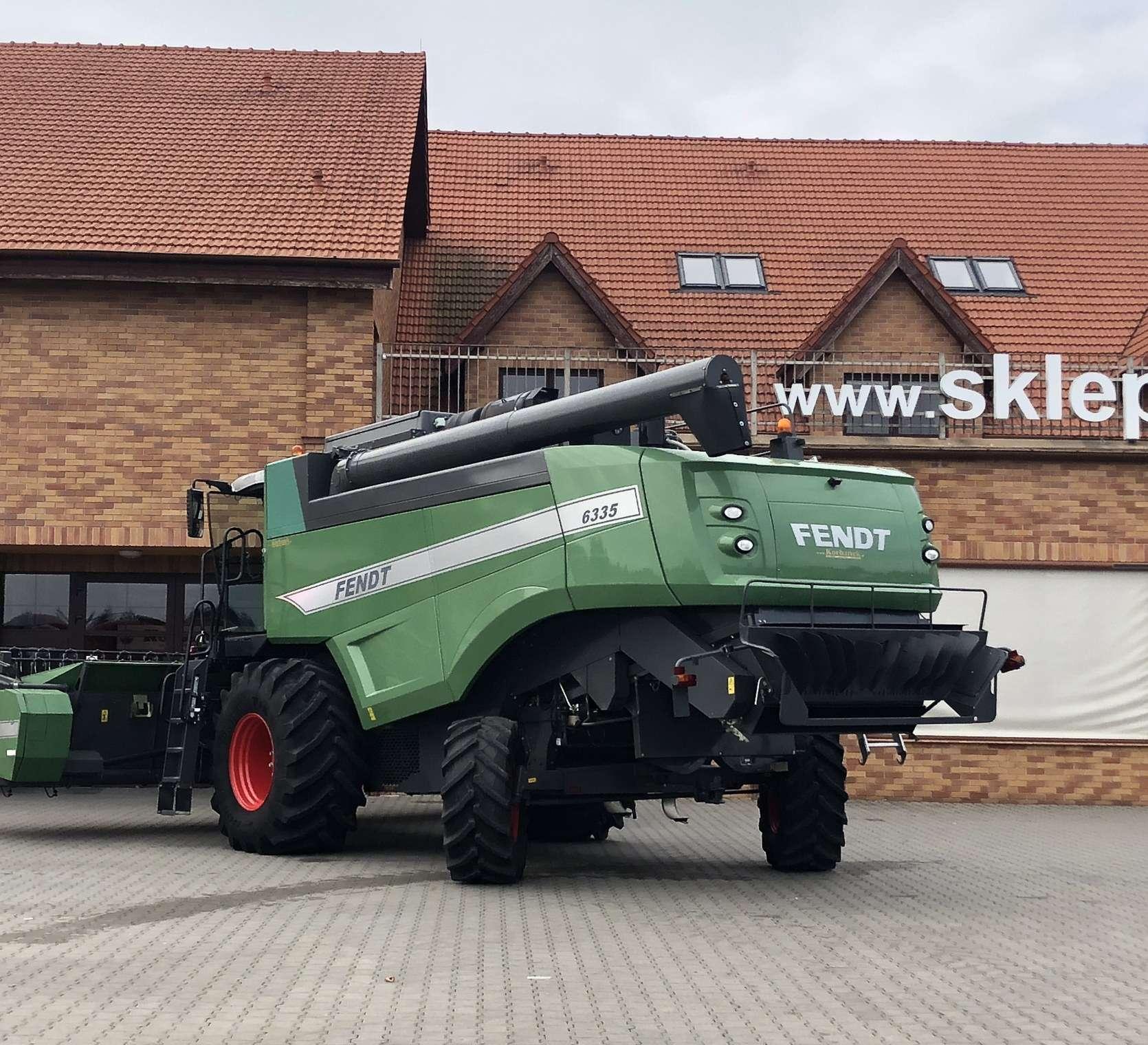 Tył używanego kombajnu Fendt 6335 C stojącego na placu maszyn rolniczych firmy Korbanek