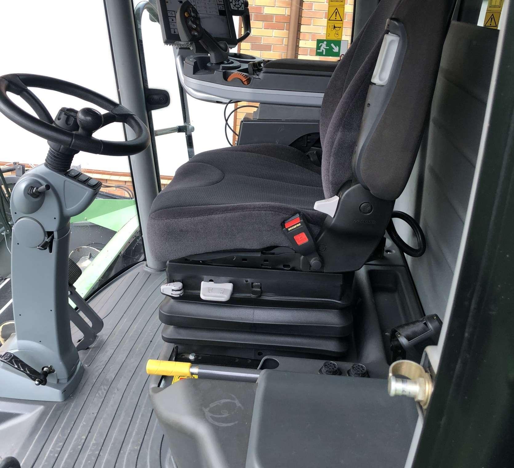 Pneumatyczny komfortowy fotel kierowcy w kabinie używanego kombajnu Fendt 6335 C