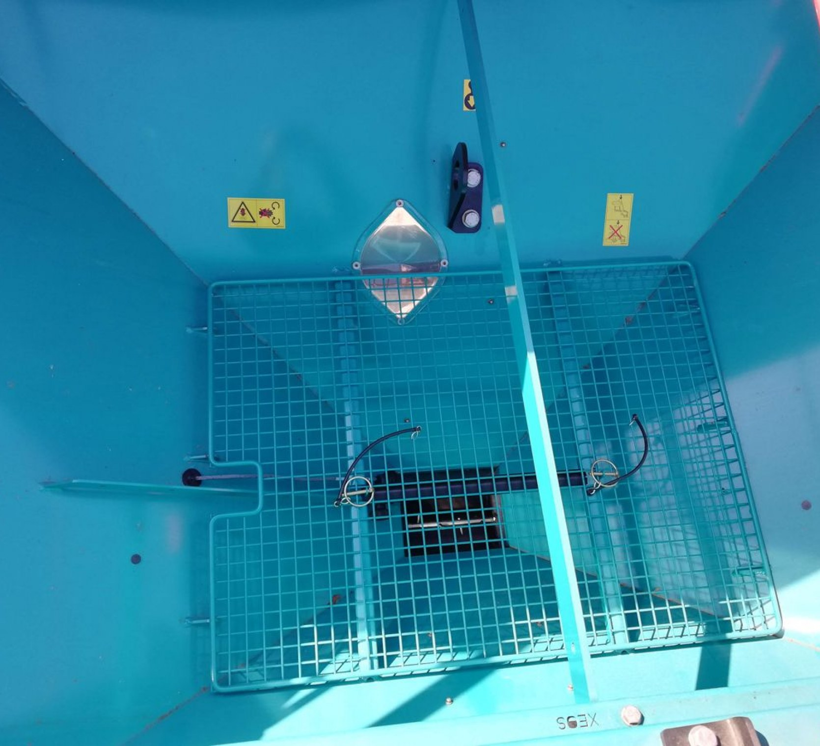 Wnętrze zbiornika na ziarno, sito , denko prowadzące materiał siewny do dozownika elektrycznego