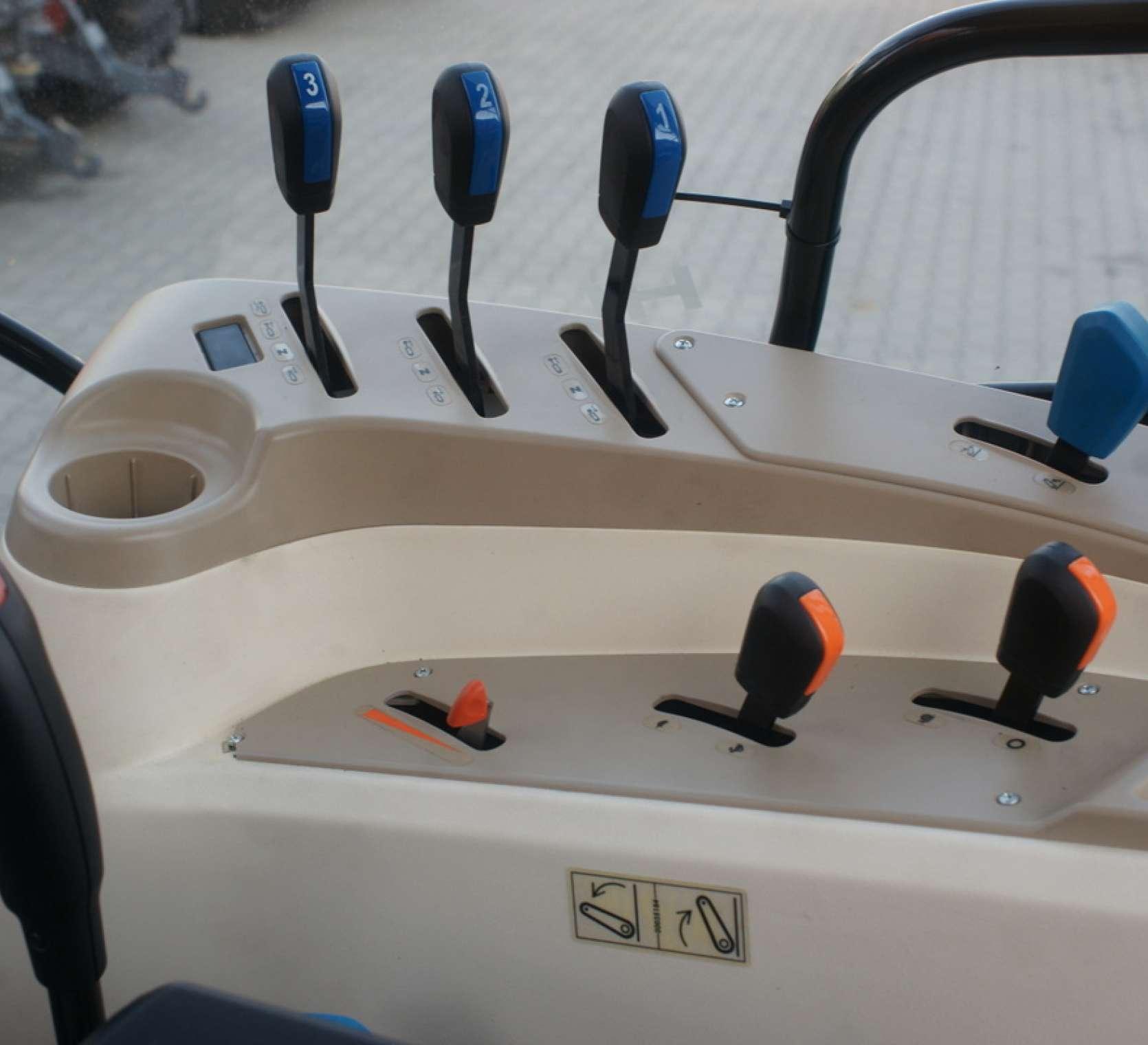 panel sterowania kierowcy dzwignie od par wyjsc hydrauliki zakres predkosci zmiana biegow