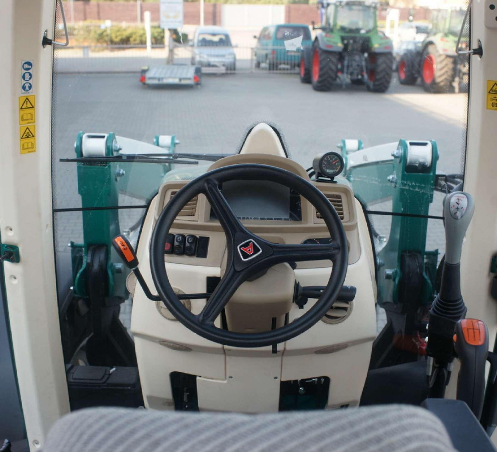kolumna kierownicza z wajchami i widok z przedniej szyby kierowcy ciagnika arbos 5100