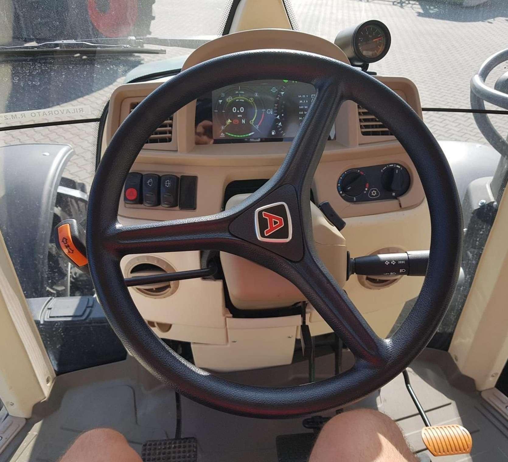ujecie z kabiny widok kierowcy kierownica deska rozdzielcza przyciski elektrohydrauliczne