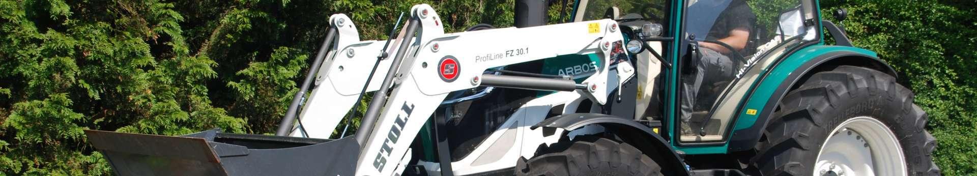 biały ładowacz czołowy stoll profiline typ fz 30.1 na zielonym ciągniku rolniczym arbos 5130 Korbanek.pl