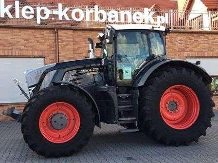Ciągnik rolniczy Fendt 800 Vario S4 czarny widok z lewej strony na tle sklepu www.korbanek.pl