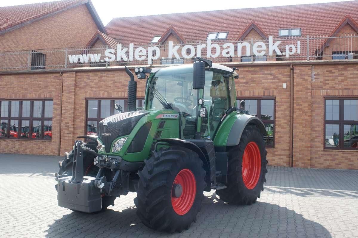 Plac firmy Korbanek z z dużą ilością traktorów Fendt nowych i używanych