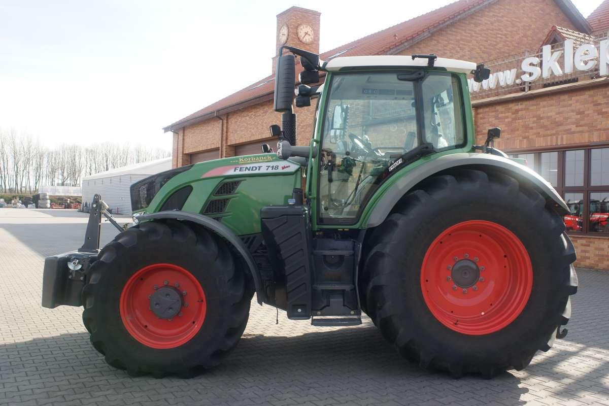 Ciągnik rolniczy Fendt 700 Vario na placy Korbanek
