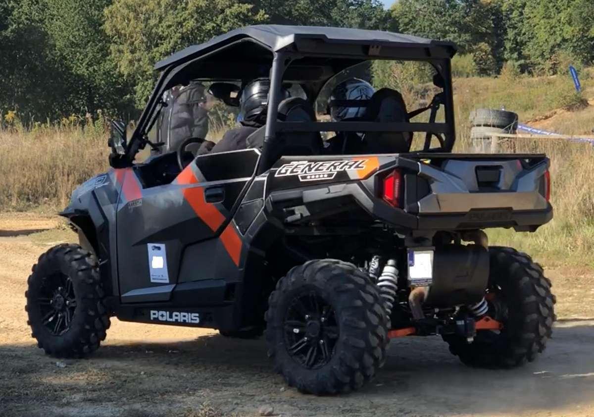 pojazd zabudowany w pełna kabinę General 1000 XP Polaris