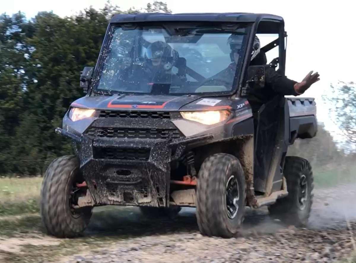ciągnik rolniczy RANGER 1000 Xp EPS Polaris przedni zderzak metalowy wersja dla trzech osób pasy bezpieczeństwa klatka ochronna paka załadunkowa felgi aluminiowe siatki boczne ochronne światła ledowe hak z tyłu pojazdu zagłówki foteli Korbanek.pl
