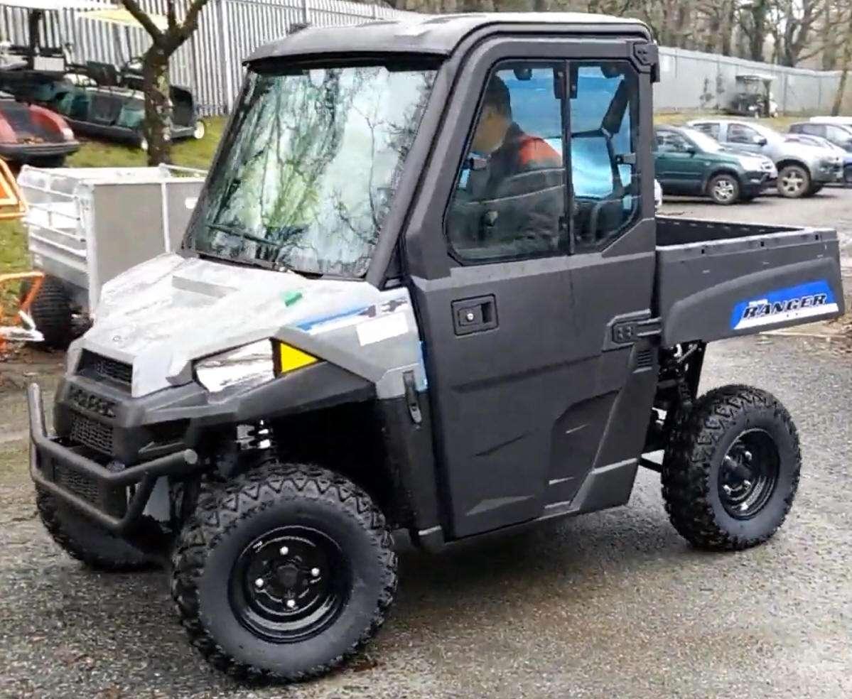 Polaris Ranger EV pojazd na akumulatory klatka bezpeczeństwa wersja dla dwóch osób pasy bepieczeństwa klasyczna kierownica Korbanek