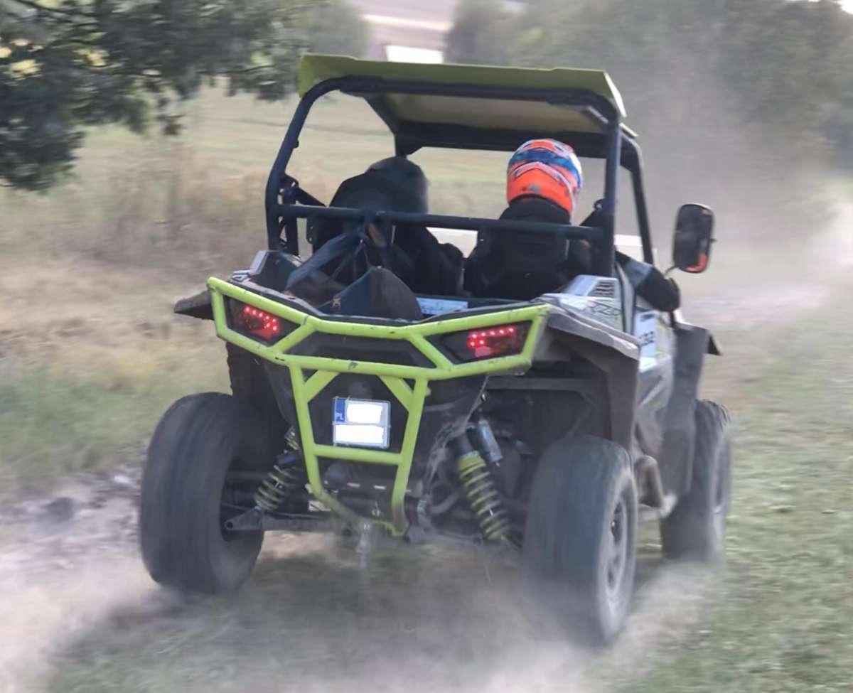 mały quad z ramą Polaris RZR 900 w terenie