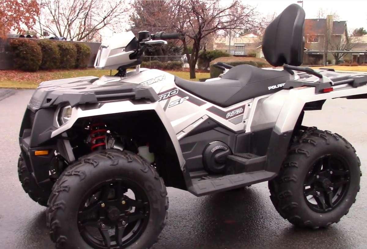 Polaris Sportsman 800 Pojazd w terenie z kierowcą w kasku kolor biały pojazdu