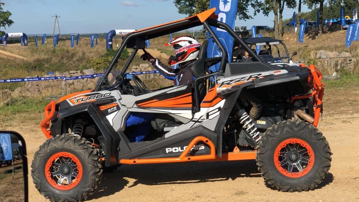 Polaris RZR 1000 Turbo 168 KM 182 KM felgi aluminiowe klatka ochronna pasy bezpieczeństwa kolor pomarańczowy wspomaganie kierownicy EPS 168 KM światła ledowe