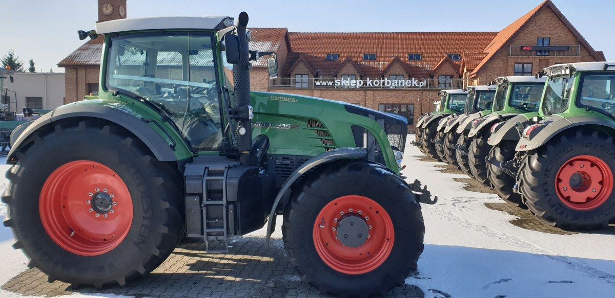 Traktory Fendt  na tle sklepu części korbanek.pl