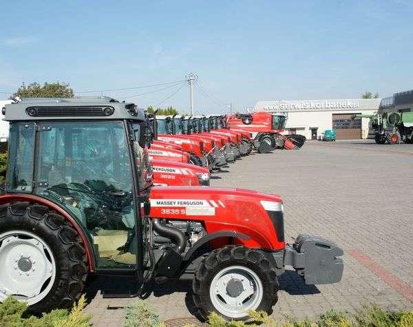 wystawa ciągników rolniczych i kombajnów zbożowych przed firmą Korbanek Massey Ferguson i Fendt-