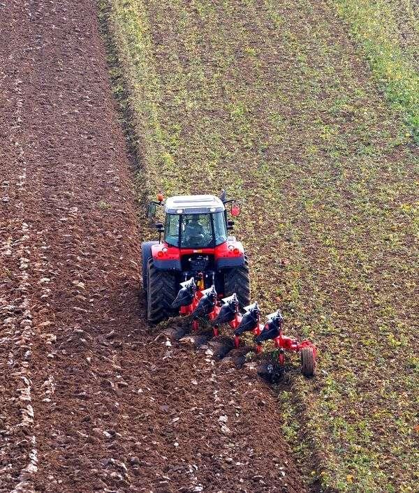 Praca w polu maszyny Massey Ferguson 4700 z pługiem