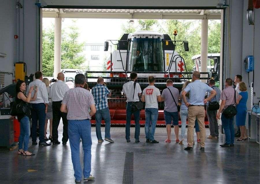 wizyta dziennikarzy w serwisie kombajnów i innych maszyn rolniczych firmy korbanek podczas konferencji
