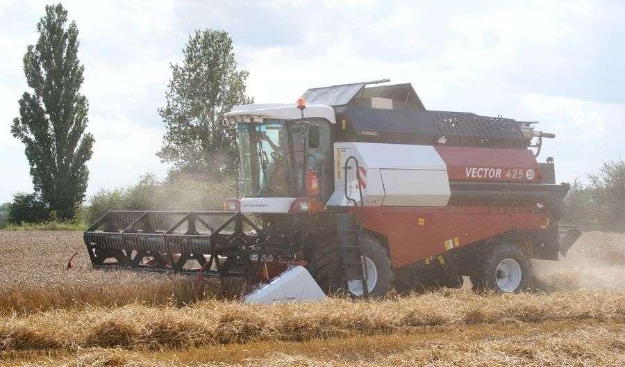 kombajn zbożowy Rostselmash Vector 425 podczas akcji żniwnej