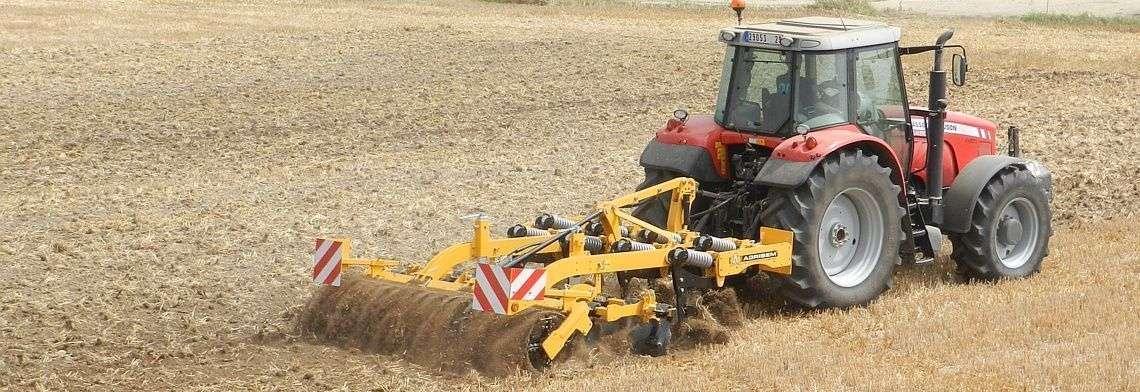 Agregat zębowy typ Agromulch Silver firmy AGRISEM pracuje na polu z ciągnikiem Massey Ferguson  korbanek.pl