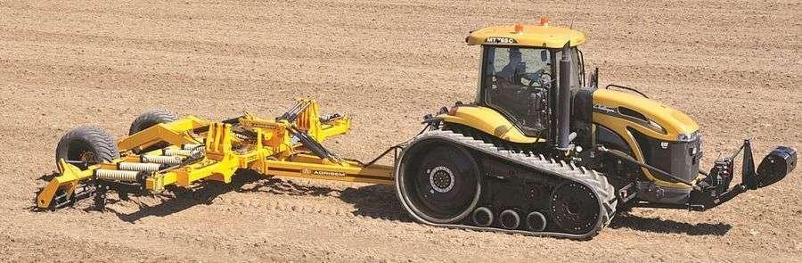 Żółty spulchniacz samodzielnyAgrisem CULTIPLOW pracuje na polu z ciągnikiem traktorem Korbanek.pl