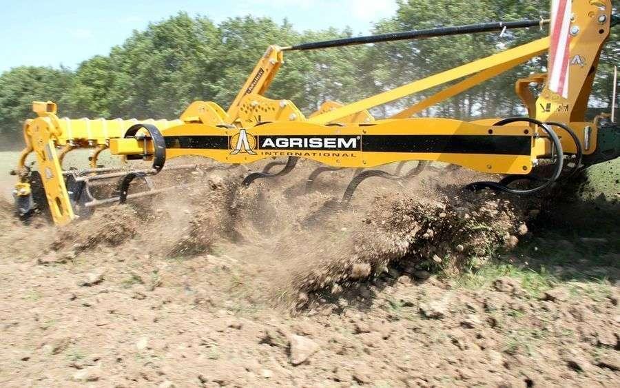 Agrisem VIBROMULCH to kultywator, który może być dostosowany do każdego gospodarstwa w zakresie płytkiego spulchniania gleby Korbanek.pl