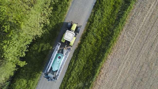 Opryskiwacz Vantage Dark z belką Ektar 3B w transporcie
