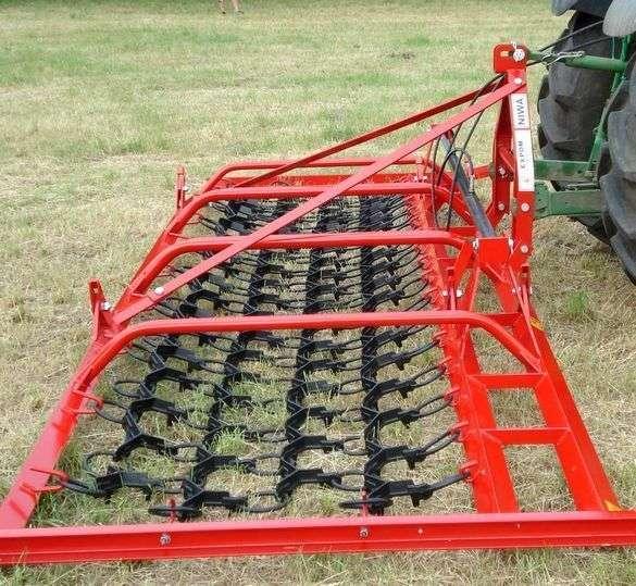 Włóka łąkowa na łące zaczepiona do ciągnika