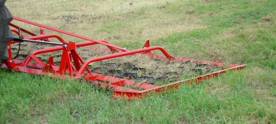 Włóka łąkowa Expom Niwa na polu w trakcie pracy
