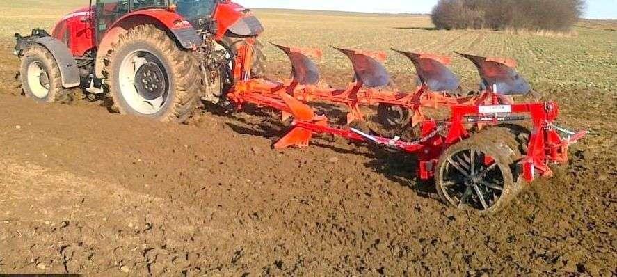 Wał Expom Solo do pługa ciągnięty przez traktor na polu