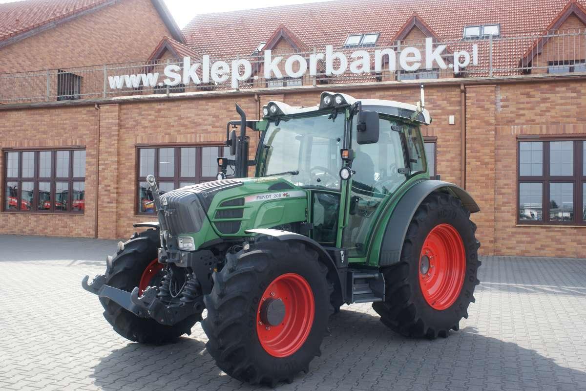 Traktor Fendt 200 vario na tle sklepu części korbanek.pl