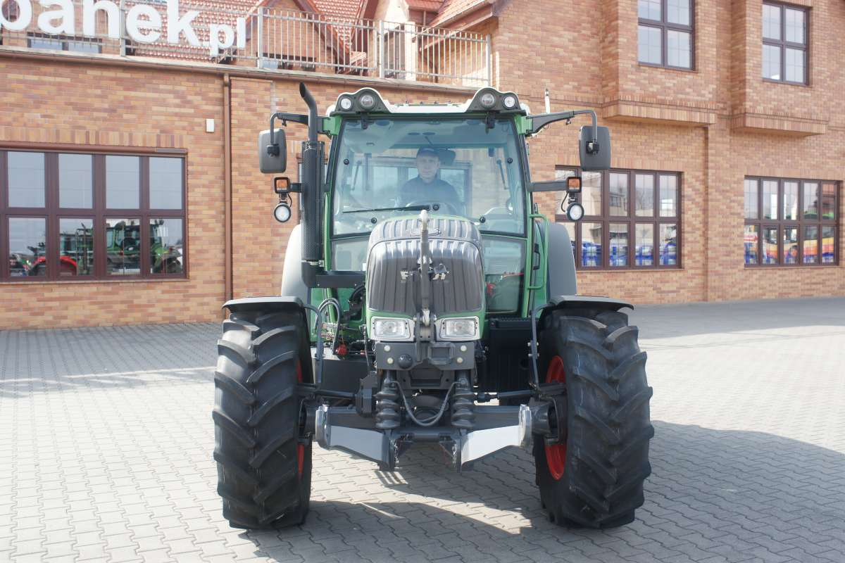 Ciągnik rolniczy Fendt  200 V/F/P vario na tle firmy korbanek