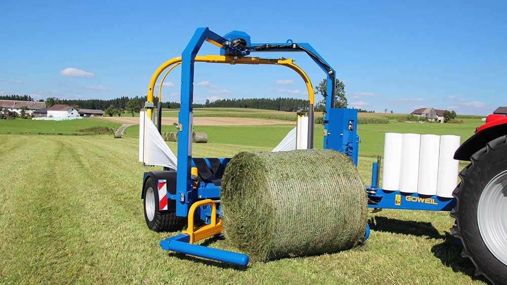 Owijarka Göweil G5020 podczas pracy na polu