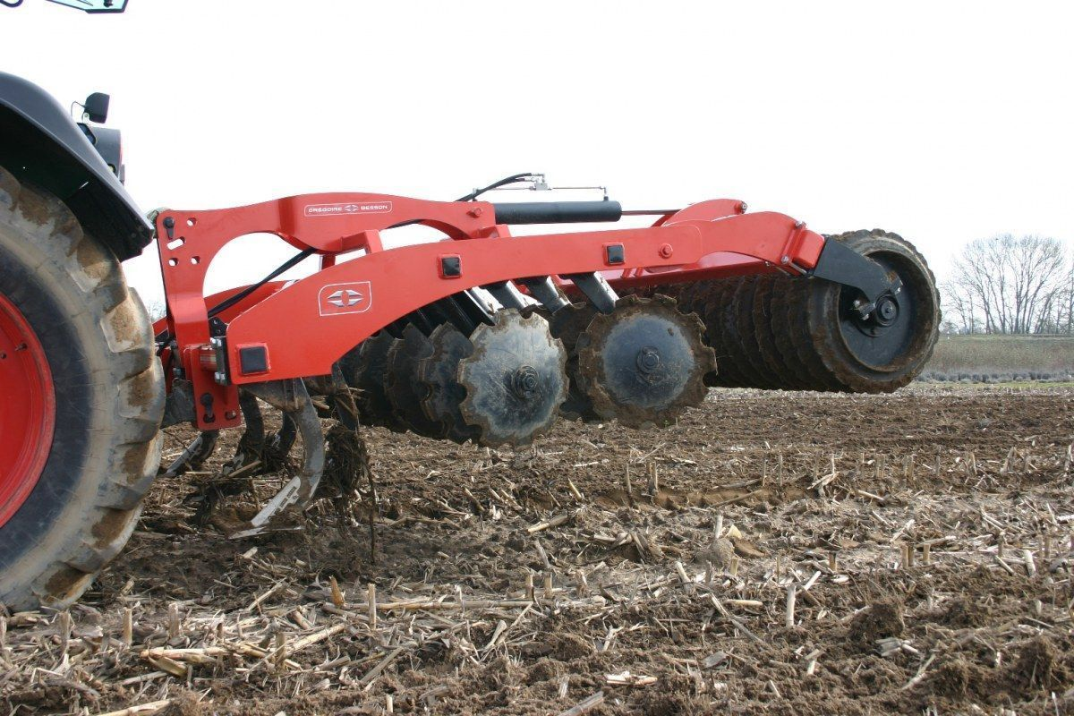 Agregat combimix gregoire besson z oferty korbanek maszyna podczas pracy na polu