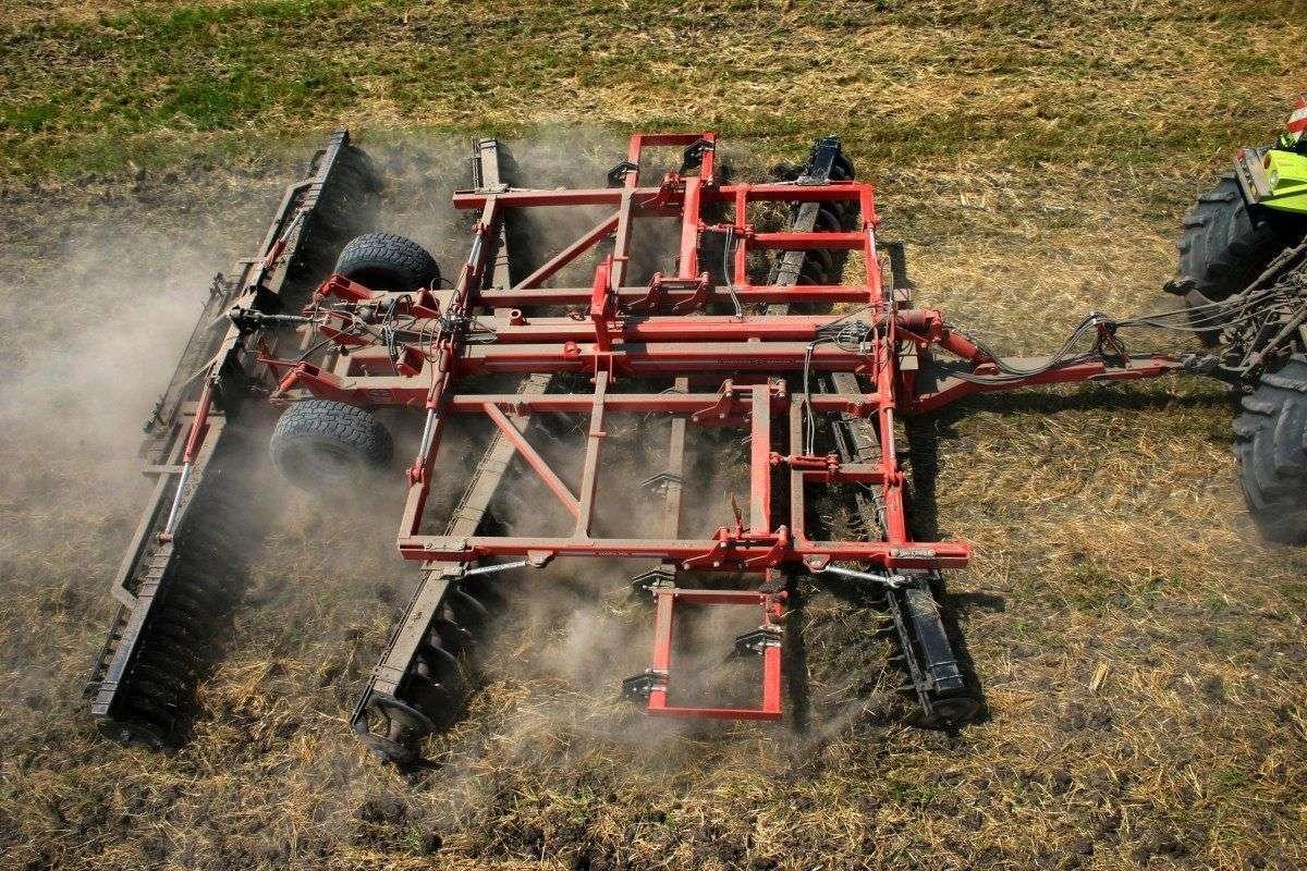 Maszyna z oferty korbanek.pl agregat Gregoire Besson DISCODENT DXRV podczas spulchniania gleby