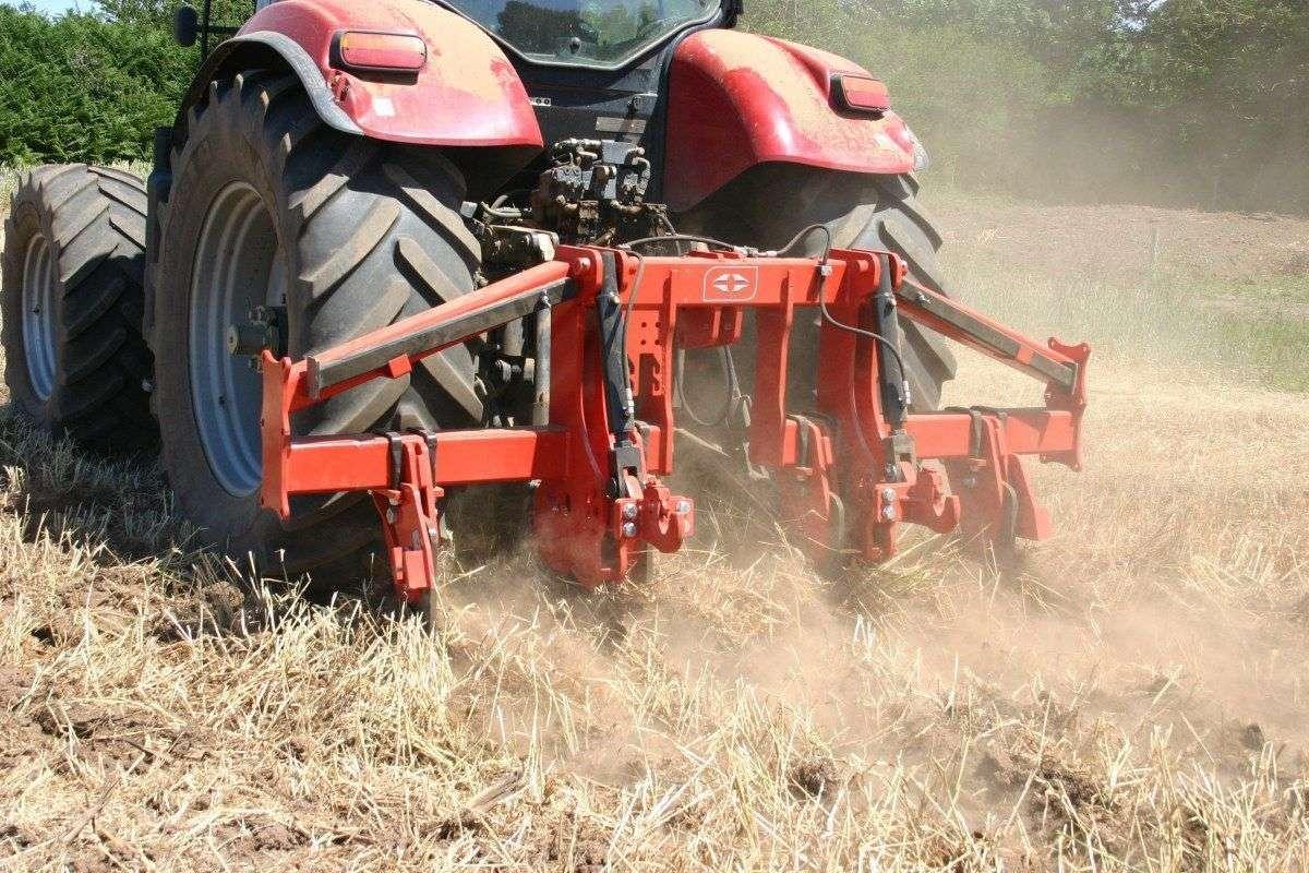 głębosz besson zaczepiony do traktora