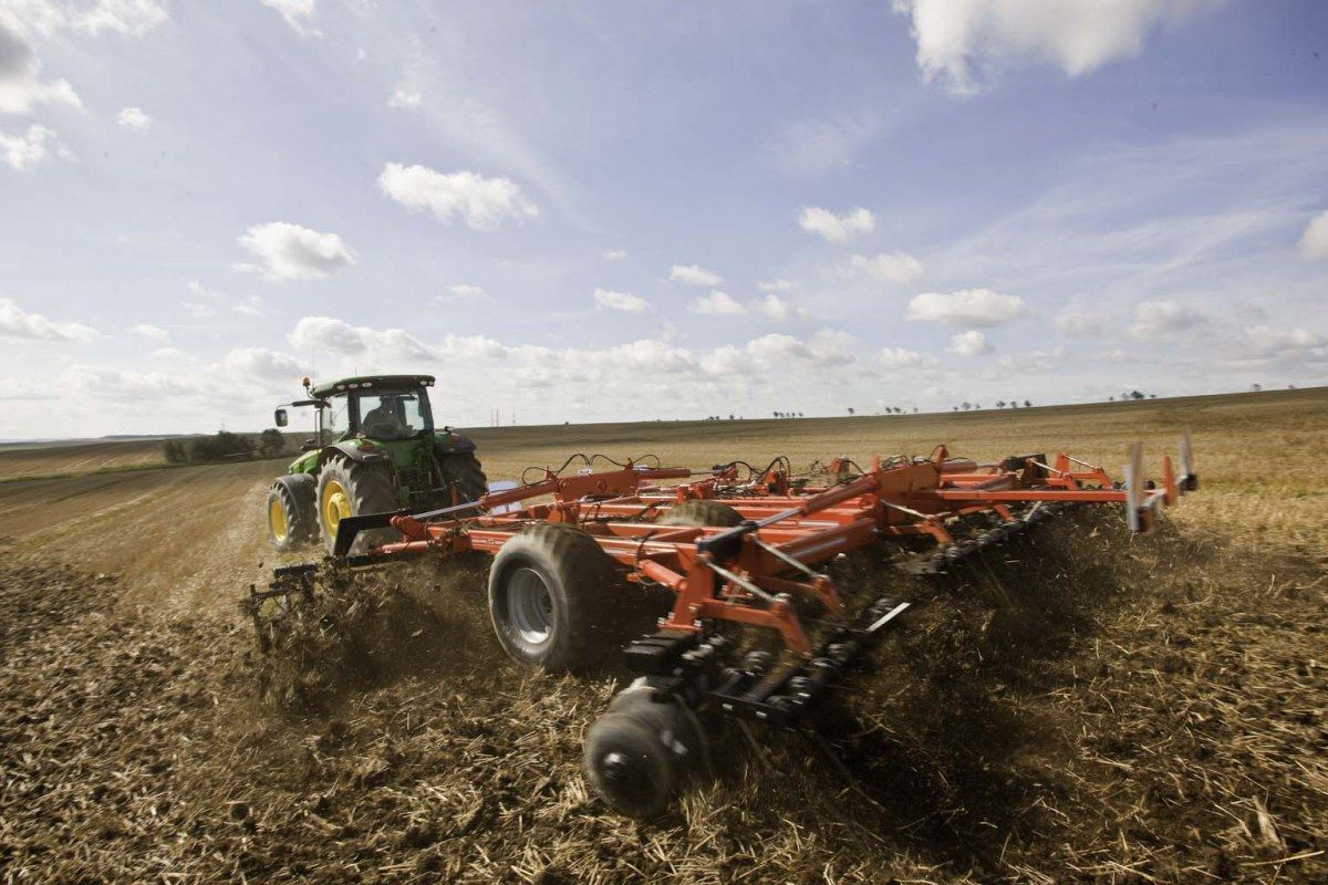gergoire besson brona xxl na polu ciągnięta przez traktor