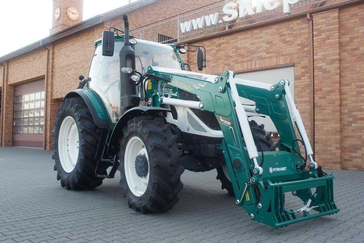 Zdjęcie przedstawiające ładowacz Hydramet Xtreme 1 , zamontowany na ciągniku Arbos, który można kupić na korbanek.pl .