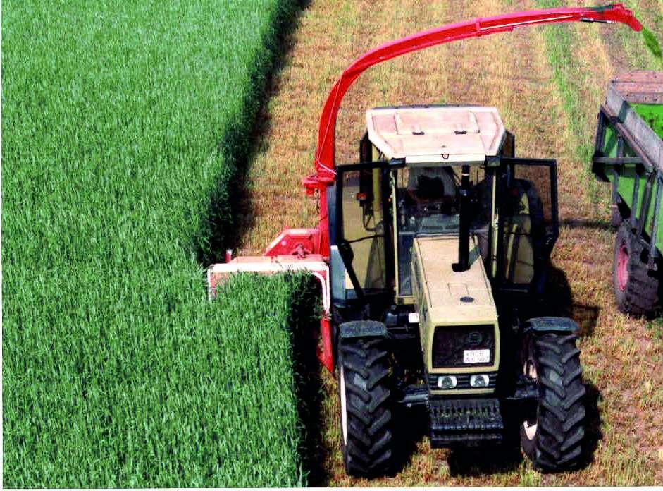 sieczkarnia Kemper C 1200 zaczepiona od boku do ciągnika rolniczego podczas cięcia