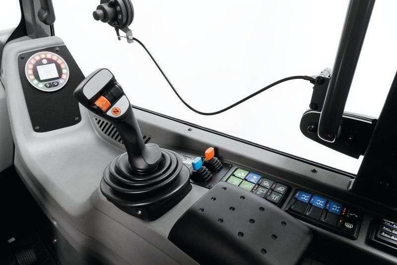Joystick z przyciskiem zmiany kierunku jazdy, sterujący trzecim obwodem, wysuwem teleskopu  stosowany w ładowarkach Kramer