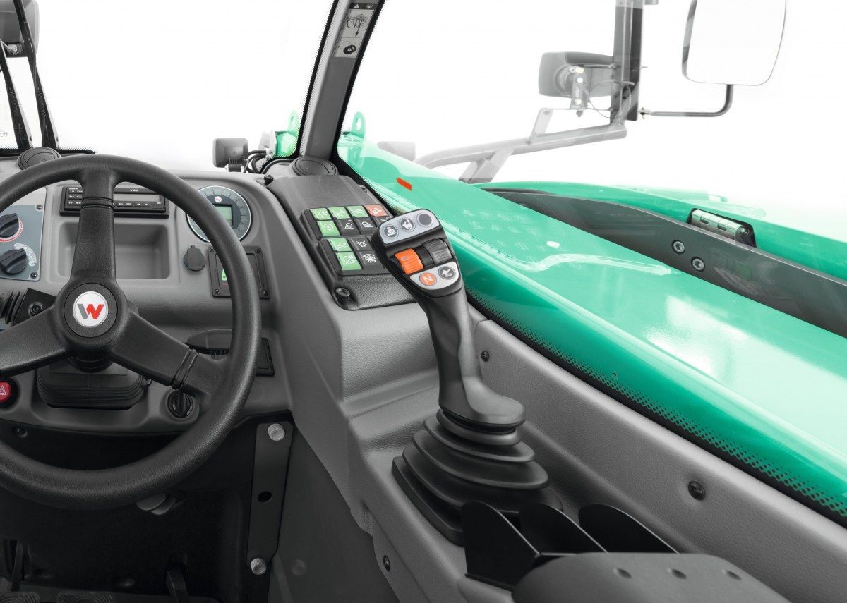Wnętrze ładowarki Kramer od www.korbanek.pl widok na wielofunkcyjny Joystcik z przełącznikami potrzebnymi do sprawnej obsługi maszyny