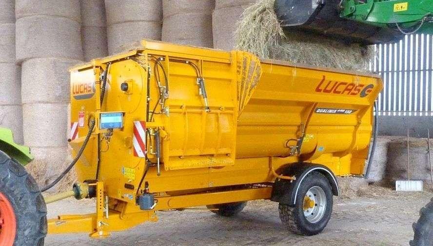 Wóz paszowy Qualimix 150 w oborze podczas pracy