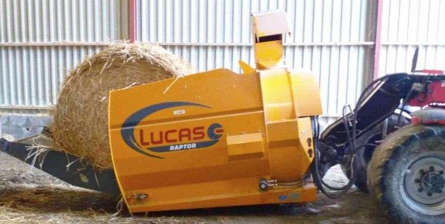 Kompaktowa maszyna do ścielenia słomąLUCAS Raptor podczas pracy