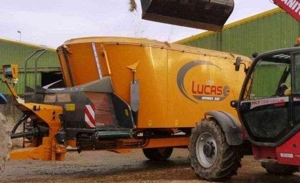 Wóz paszowy Spirmix 220 firmy  LUCAS podczas załadunku