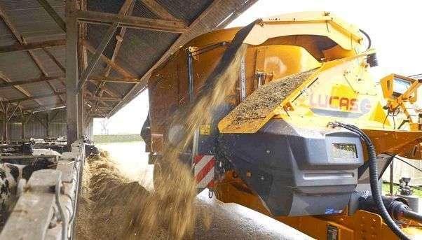 Wóz paszowy Lucas Spirmix Jet podczas rozdzielania materiału