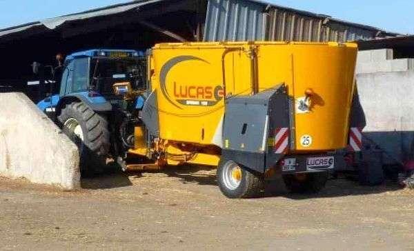 Wóz  paszowy firmy  LUCAS Spirmix z klapą rozdzielającą